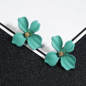🍀$10 3/$25 GREEN KOREAN FLOWER STUD EARRING